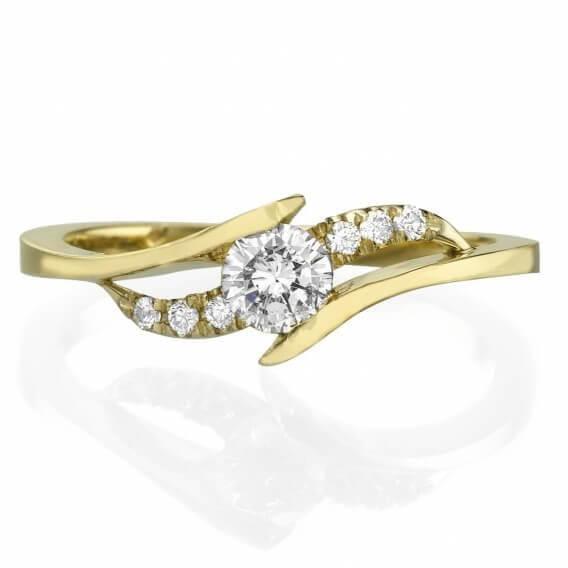 טבעת אירוסין עדינה בשיבוץ יהלומים וזהב צהוב