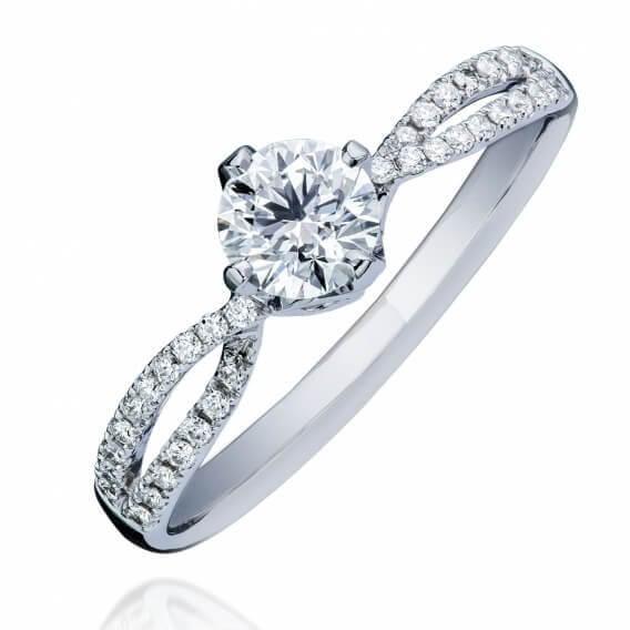 טבעת אירוסין קלאסית משובצת יהלומים וזהב לבן 0.60 קראט