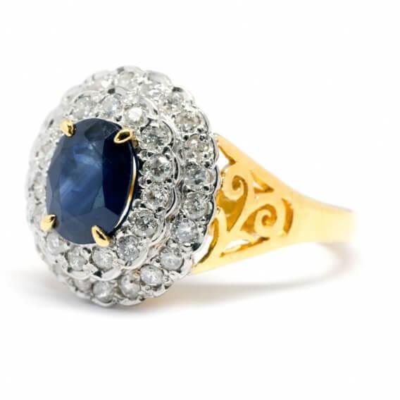 טבעת לגבר מלכותית עם אבן ספיר מרכזית ויהלומים ניקולאס