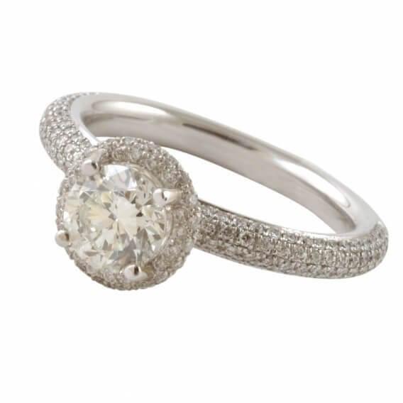 טבעת קלאסית בשיבוץ יהלומים וזהב לבן 1.88 קראט גלי