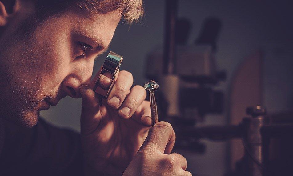 יהלומן בודק יהלום בזכוכית מגדלת
